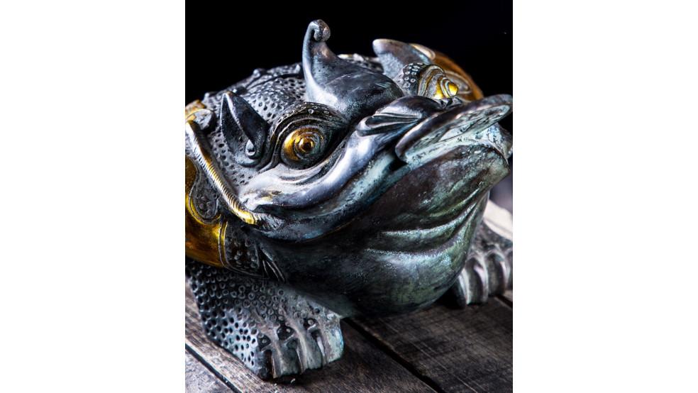 Трехногая жаба поглощающая деньги